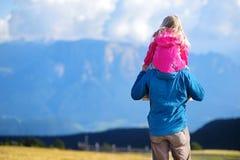 Generi e sua figlia che ammira una vista di stordimento delle montagne rocciose delle dolomia del Tirolo del sud Immagini Stock