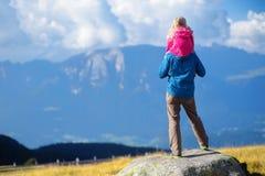 Generi e sua figlia che ammira una vista di stordimento delle montagne rocciose delle dolomia del Tirolo del sud Fotografie Stock