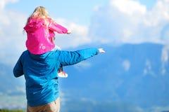 Generi e sua figlia che ammira una vista di stordimento delle montagne rocciose delle dolomia della provincia del sud del Tirolo  Fotografie Stock Libere da Diritti
