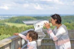 Generi e sua figlia che guarda con un'osservazione binoculare Immagine Stock