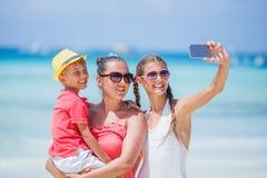 Generi ed i suoi bambini divertendosi alla spiaggia Fotografia Stock Libera da Diritti