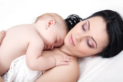 Generi ed il suo bambino, addormentato nella base Immagini Stock Libere da Diritti