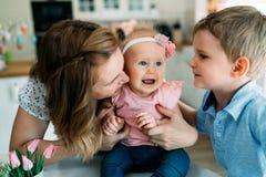 Generi ed il suo bambino che gioca nella festa di pasqua Fotografia Stock