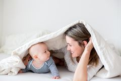 Generi ed il suo piccolo neonato, giocante insieme nel bedrroom Fotografia Stock Libera da Diritti