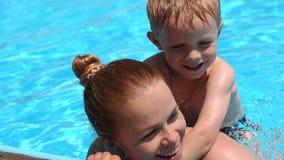 Generi ed suo figlio divertendosi in una piscina archivi video