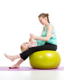 Generi fare relativo alla ginnastica con il bambino sulla palla di forma fisica Immagini Stock Libere da Diritti