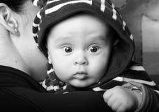 Generi il bambino della holding Immagini Stock
