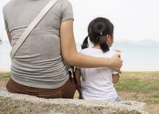 Generi il concetto di relazione dato cura del cuore di amore del bambino femminile fotografie stock
