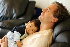 Generi il figlio che dorme, papà del fuoco Fotografie Stock Libere da Diritti