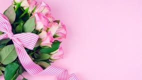 Generi il fondo del giorno del ` s delle rose rosa con lo spazio della copia sulla tavola di legno rosa Fotografie Stock Libere da Diritti