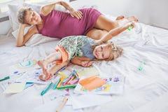 Generi il gioco ed il disegno con sua figlia del bambino immagini stock