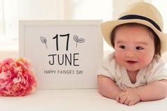 Generi il massaggio del giorno del ` s con il neonato felice fotografia stock libera da diritti