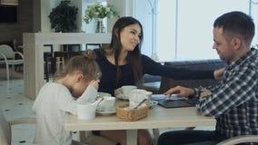 Generi il pagamento della fattura dopo che ha pasto in caffè con la sue moglie e figlia Sono sembrato soddisfatti Fotografia Stock Libera da Diritti