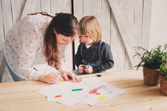 Generi il ragazzo d'istruzione del bambino per disegnare con le matite a casa Fotografia Stock Libera da Diritti