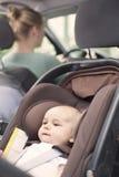 Generi l'azionamento, con il suo neonato in un sedile del bambino Fotografie Stock