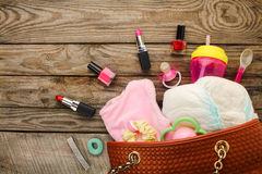Generi la borsa del ` s con gli oggetti per preoccuparsi per il bambino ed i cosmetici immagini stock