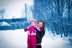 Generi la camminata con la sua figlia piccola nell'inverno Fotografie Stock