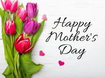Generi la carta del giorno del ` s con il fiore del tulipano ed il piccolo cuore Fotografia Stock
