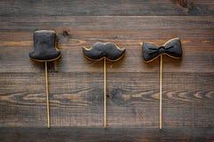 Generi la celebrazione del giorno o di compleanno del ` s con i biscotti del segno dello smoking, dei baffi e del cappello sulla  Fotografia Stock Libera da Diritti