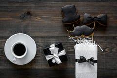Generi la celebrazione del giorno o di compleanno del ` s con i biscotti del segno del presente, dello smoking, dei baffi e del c Immagini Stock Libere da Diritti