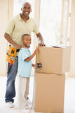 Generi la fascia da portare dello strumento dal figlio nella nuova casa Immagine Stock Libera da Diritti