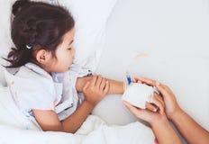 Generi la mano che tiene la mano malata della figlia che ha soluzione IV immagine stock libera da diritti