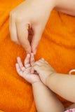 Generi la mano del ` s e le mani del suo bambino Fotografia Stock Libera da Diritti