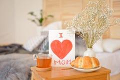 Generi la prima colazione di mattina del ` s sul vassoio di legno Fotografia Stock