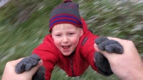 Generi la tenuta di suo figlio dalla mano e la circonduzione intorno archivi video