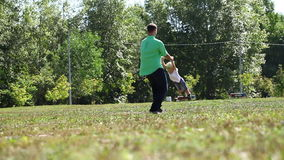 Generi la tenuta di suo figlio dalla mano e la circonduzione intorno video d archivio