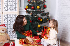 Generi le elasticità alla piccola figlia un regalo Immagini Stock Libere da Diritti