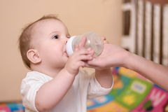 Generi le elasticità il bambino una bevanda dell'acqua immagini stock