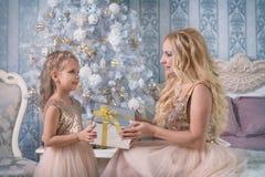 Generi le elasticità un regalo di Natale a sua figlia fotografie stock