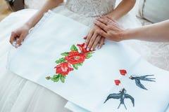 Generi preparare la sposa per il giorno delle nozze e gli aiuti prima della cerimonia Fotografia Stock Libera da Diritti