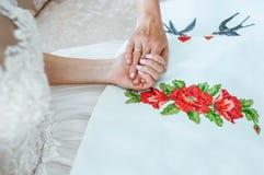 Generi preparare la sposa per il giorno delle nozze e gli aiuti prima della cerimonia Immagine Stock Libera da Diritti