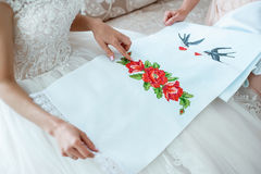 Generi preparare la sposa per il giorno delle nozze e gli aiuti prima della cerimonia Fotografie Stock Libere da Diritti