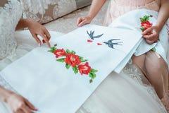 Generi preparare la sposa per il giorno delle nozze e gli aiuti prima della cerimonia Fotografia Stock
