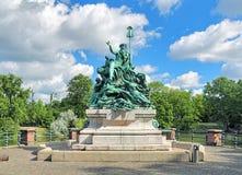 Generi Rhine e la sua fontana delle figlie a Dusseldorf, Germania fotografia stock libera da diritti