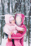 Generi spendere il tempo con la sua piccola figlia all'aperto Fotografia Stock Libera da Diritti