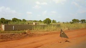 Generisch slecht huis en straatteken in Bamako, Mali royalty-vrije stock foto's