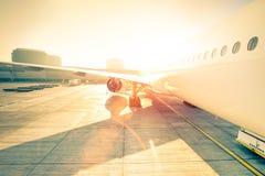 Generisch vliegtuig op eindpoort klaar voor start bij luchthaven stock foto's