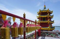 Generische chinesische Schichtpagode mit goldene Glocke forground Stockfoto