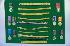 Generische Marine/leger eenvormige kenteken/toebehoren bij vertoning stock afbeeldingen