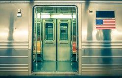 Generische ondergrondse trein - de Stad van New York stock foto