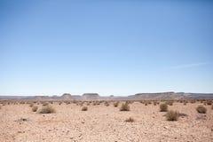 Generische woestijnscène met duidelijke blauwe hemel Stock Foto