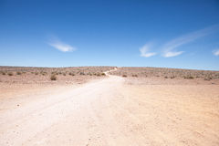 Generische woestijnscène met weg aan horizon Royalty-vrije Stock Afbeeldingen