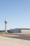 Generischer Flugplatz mit Hangar und Kontrollturm Stockfotos