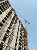 Generischer Turm-Crane Attached To An Ongoing-Hochbau Lizenzfreie Stockfotos