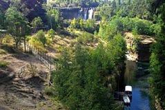 Generisches Segeln entlang chilenischem Fluss Stockfoto