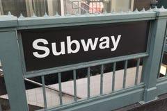 Generisches U-Bahnzeichen und -eingang Stockfoto